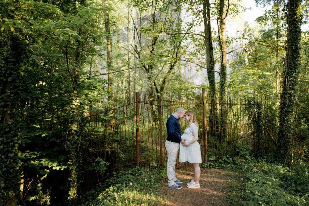 couple au milieu des arbres