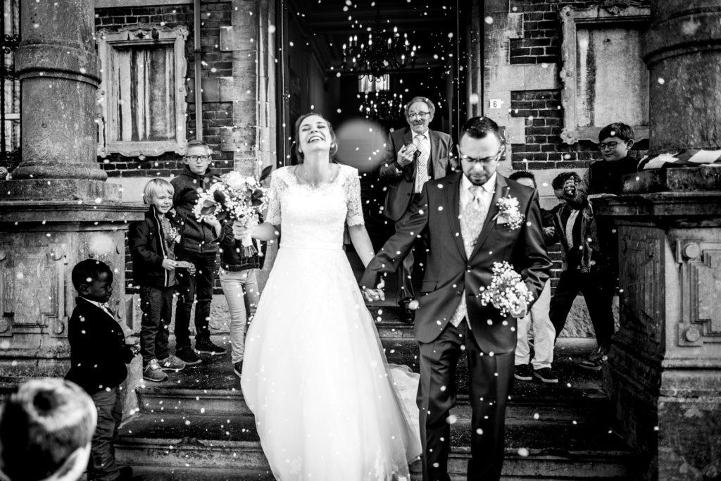 riz - sortie des mariés - couple - Photographe de mariage - La ferme du Grand MArcha - MAirage enghien - Photographe Enghien
