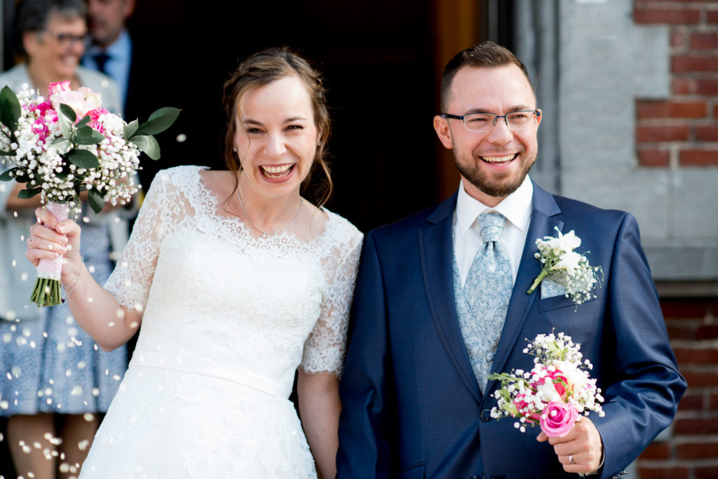 rire - sortie des mariés - couple - Photographe de mariage - La ferme du Grand MArcha - MAirage enghien - Photographe Enghien
