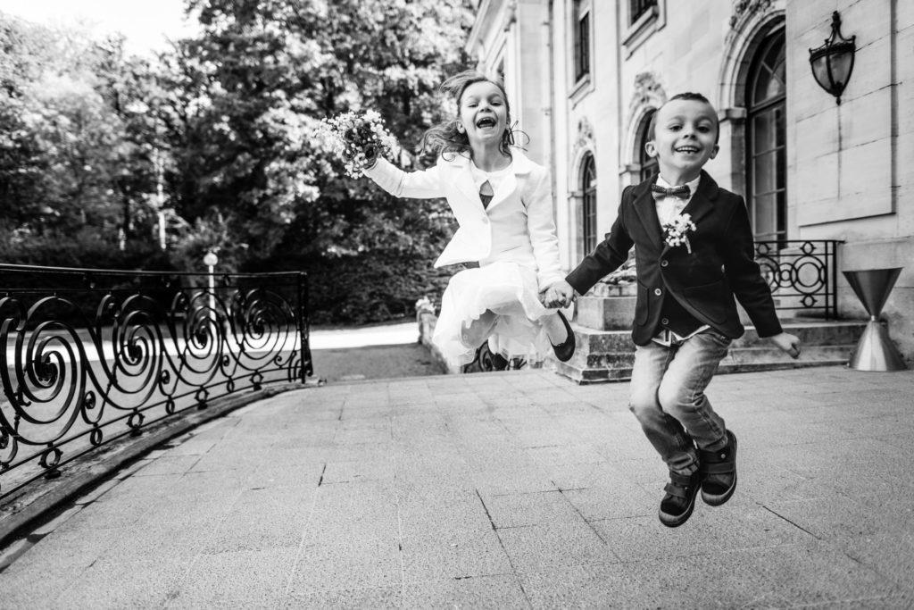 enfant s - sauter - saut - Photographe de mariage - La ferme du Grand MArcha - MAirage enghien - Photographe Enghien