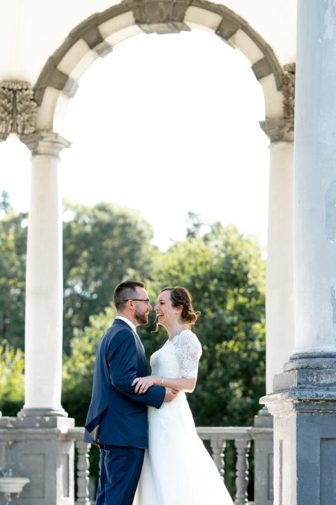 Portrait de couple - bisous - Photographe de mariage - La ferme du Grand MArcha - MAirage enghien - Photographe Enghien