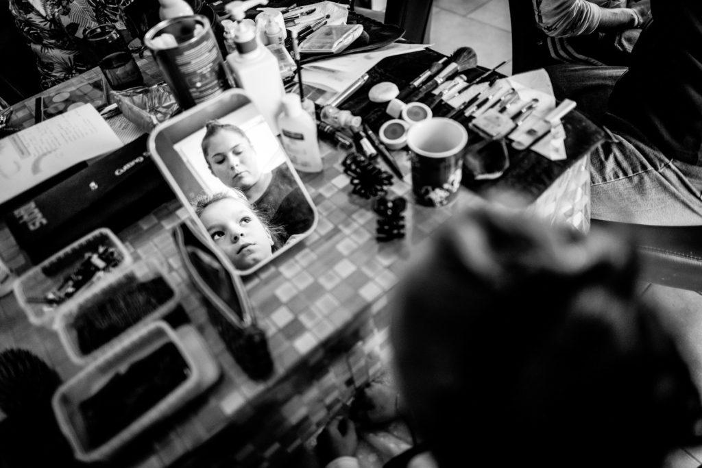 coiffure - miroir - Préparatifs - Photographe de mariage - La ferme du Grand MArcha - MAirage enghien - Photographe Enghien