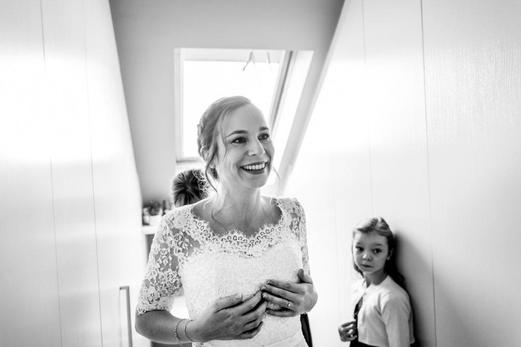 habillage- Préparatifs - Photographe de mariage - La ferme du Grand MArcha - MAirage enghien - Photographe Enghien mariage - mariage Enghien - La ferme du Grand Marcha - préparatifs - bride to be - rire -mère/fille